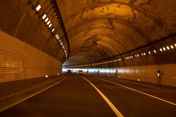 Sfaturi de siguranță – Conducerea printr-un tunel